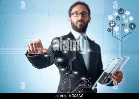 Unternehmer stehen und arbeiten mit Touch-screen-Technologie - Stockfoto