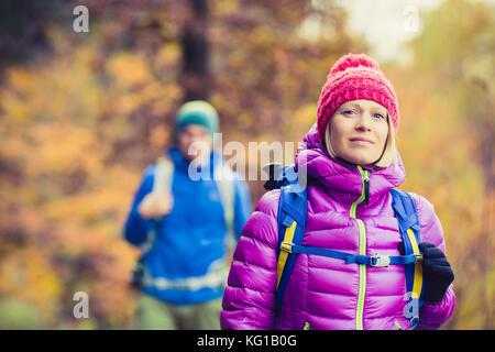 Glückliches Paar Wanderer Wandern im schönen gelben Herbst Wald und Berge. Junge Partnerschaft Teamarbeit, Mann - Stockfoto