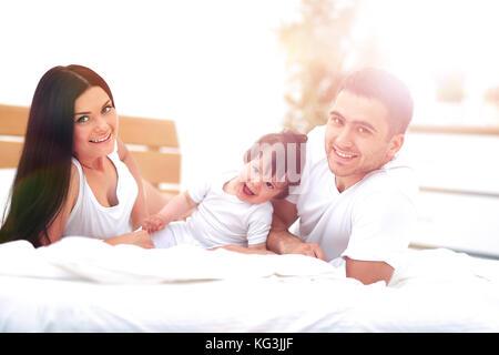 Familie mit kleinen Kindern ins Bett im Schlafzimmer - Stockfoto