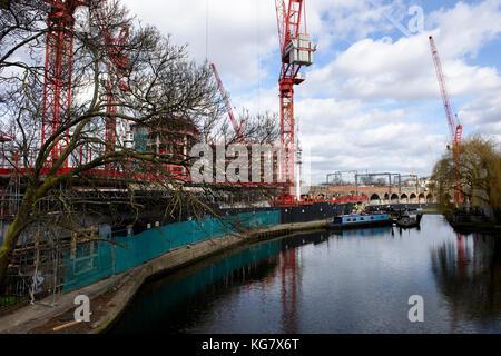 Wohnungen im Bau entlang der Regents Canal in Camden Town, London, UK. - Stockfoto