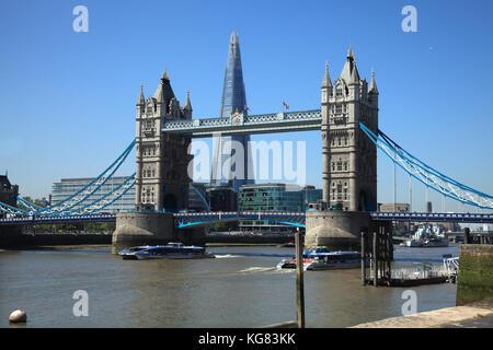 """Die Tower Bridge über die Themse in London mit dem ist schwer von Glas"""" Gebäude hinter - Stockfoto"""