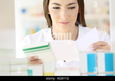 Vorderansicht Portrait von einem Apotheker lesen Planung und Vorbereitung der Medikamente in der Apotheke - Stockfoto