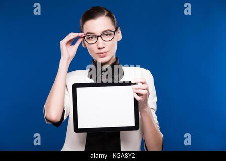 Ein Mädchen mit der Tablette - Stockfoto