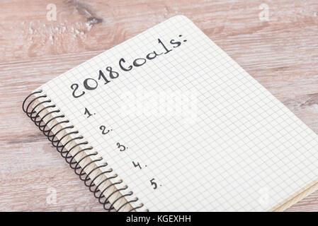 Mock up, Notebook auf einer hölzernen Hintergrund, Hintergrund für die Kuvertierung, Ziele 2018 - Stockfoto