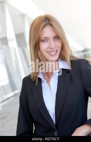 Attraktive Geschäftsfrau außerhalb eines Gebäudes stehen - Stockfoto