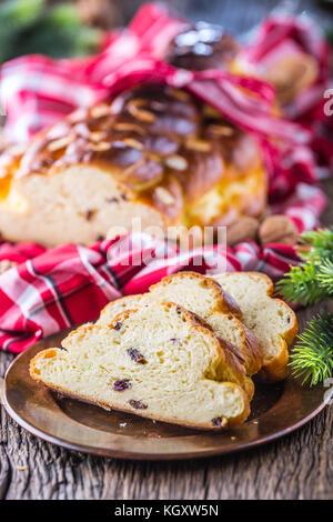 Christmas Cake und Weihnachtsschmuck. Weihnachtskuchen, Slowakisch oder Osteuropa traditionelles Gebäck - vianocka. - Stockfoto