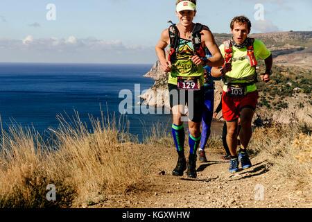 Gruppe Athleten Läufer laufen Weg entlang Meer während der Krim х ausführen - Stockfoto