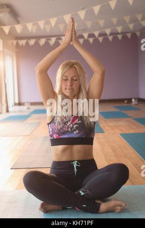 Frau meditation Übung in Yoga class - Stockfoto