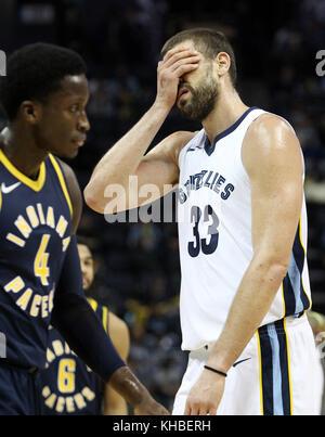Memphis, USA. 15 Nov, 2017. Memphis Grizzlies center Marc Gasol, der Spanien, (r) reagiert auf den Anruf eines offiziellen - Stockfoto