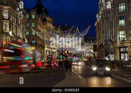 London, UK, November 17th, 2017: Weihnachtsbeleuchtung an der Regent Street; saisonale Lichter werden über belebten - Stockfoto
