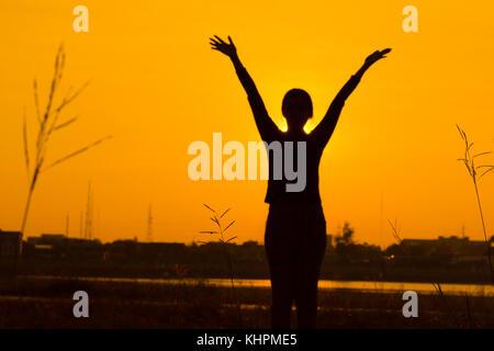 Unscharfe Silhouette junge Mädchen trainieren in den Morgen sind unscharf, verschwommen, Silhouette Frau mit Sunrise - Stockfoto