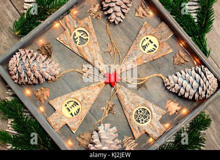 Hintergrund von Weihnachten Dekoration, Muster- und Designkonzept - Weihnachtsbaum aus Holz, Kegel und Glühlampen - Stockfoto