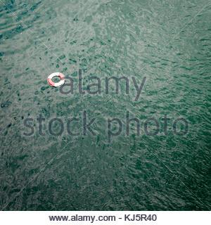 Rescue ring in Wasser - Stockfoto