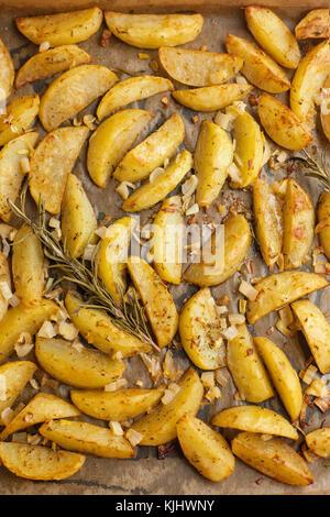 Gebratene Kartoffeln mit Rosmarin, gemischte Kräuter und Zwiebeln - Stockfoto