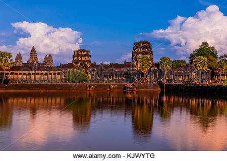 Blick auf Angkor Wat mit Teich. Es ist das größte religiöse Monument der Welt. Der Name bedeutet Stadt der Tempel, - Stockfoto
