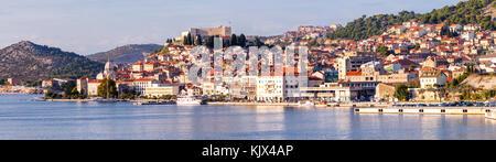 Großes Panorama der Unesco Erbe historische Stadt Sibenik auf der Adria, Dalmatien, Kroatien - Stockfoto