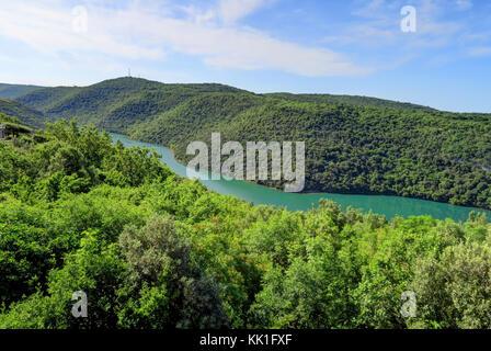 Ein Fluss oder den Fjord von türkisfarbenem Wasser schneidet durch grüne Hügel nördlich von Rovinj, in der Nähe - Stockfoto