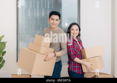 Glückliches Paar Kisten in Ihrem neuen Haus. home bewegt. - Stockfoto