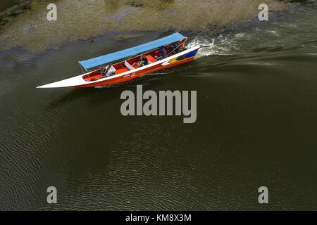 Kanchanaburi, Thailand - 13. Juli 2017: Boot auf dem Fluss in Kanchanaburi. - Stockfoto