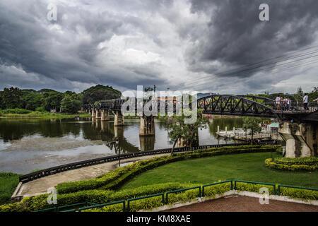 Kanchanaburi, Thailand - 13. Juli 2017: Touristen auf den Tod Eisenbahnbrücke auch als Burma Eisenbahn bekannt ist - Stockfoto