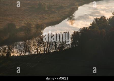 Dämmerung über den Fluss Adda in einem herbstlichen Morgen - Stockfoto