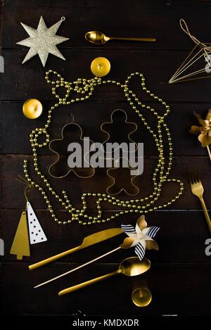 """Weihnachten Luxus Urlaub Konzept, mit einer Platte mit Text beeindruckt """"Frohe Weihnachten"""" Weihnachten Kugeln und - Stockfoto"""