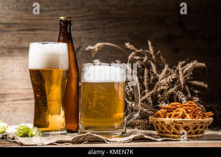 Becher, glasse, Flasche Bier mit Schaum Nahaufnahme - Stockfoto