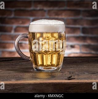 Bereift Maß Bier auf dem Holztisch. - Stockfoto