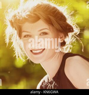 Schönheit im Freien weiblichen Porträt. Saisonale Hintergründe. - Stockfoto