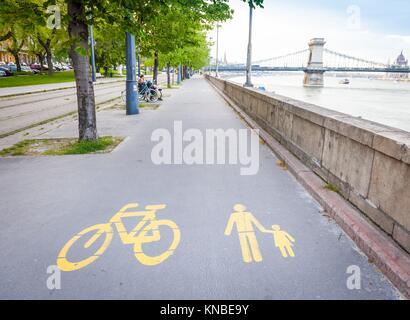 Fahrrad Schilder gemalt auf einem dedizierten Straße in Bukarest, Ungarn. - Stockfoto
