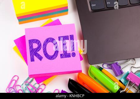 Schreiben Text anzeigen ROI im Büro mit Umgebung wie Laptop, Marker, Pen. Business Konzept für Return On Investment - Stockfoto