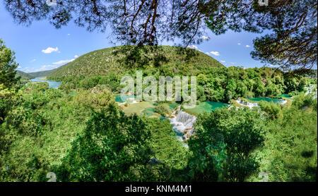 Panoramablick auf Wasserfall Krka Nationalpark, einem der kroatischen Nationalparks in Sibenik, Kroatien. - Stockfoto