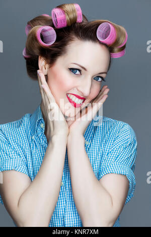 Junge Frau Mit Lockenwicklern, Pin-Up - junge Frau mit Haar-Walze - Stockfoto
