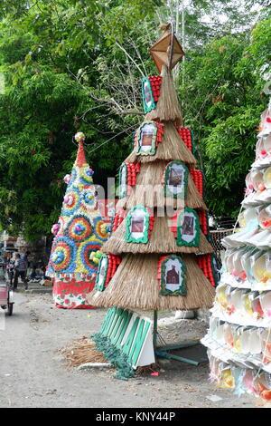 Erstaunlich und bunten Hintergrund der Weihnachtsbäume aus recycelten Materialien - Stockfoto