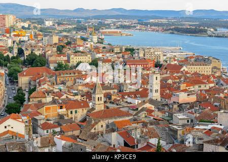 Antenne top Tag Blick von Sibenik Stadt und ihre alten Häuser in Sukosan, Kroatien. - Stockfoto