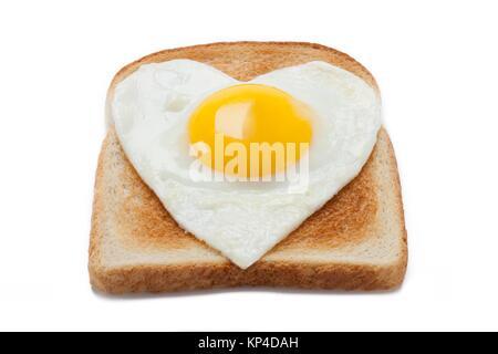 Brot Toast mit einem Spiegelei in Herzform - Stockfoto
