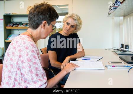 Tilburg, Niederlande. Reifen erwachsenen Frau mit einer Coaching-Interview auf der Suche nach einem neuen Job und - Stockfoto