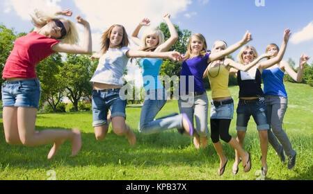 Model Release, Jugendliche Maedchen springen in der Wiese - Mädchen im Teenageralter auf Wiese springen - Stockfoto
