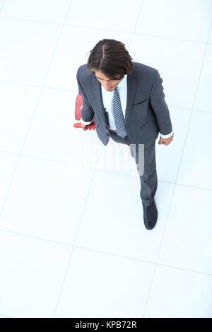 Geschäftsmann mit einer Straße Koffer. isoliert auf Weiss. - Stockfoto