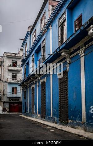 Architektonische Details der blau lackierte Gehäuse im Zentrum von Havanna Kuba einen erwachsenen Mann, vom Balkon - Stockfoto