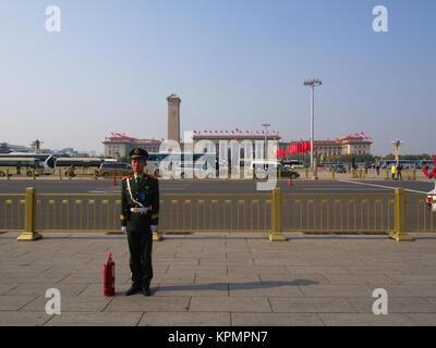 Die chinesische Wachdienst in der Tian An Men Square. Reisen in Peking, China. 24. Oktober, 2017 - Stockfoto