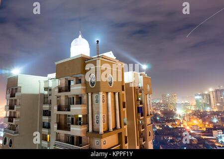 Skyscaper mit Wohnsitzen Schuß gegen die Noida Stadtbild an einem bewölkten Nacht. Diese Mehrstöckigen residence - Stockfoto