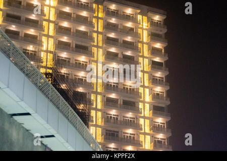 Skyscaper mit Büros und Wohnungen in Noida gurgaon Delhi in der Nacht. Die Höhe der Straße geschossen zeigt eine - Stockfoto