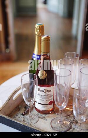 Zwei Flaschen Champagner auf einem Tisch mit Gläsern und Flöten - Stockfoto