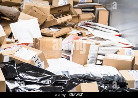 Große Anzahl von Paketen auf Transportband - Stockfoto