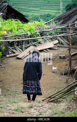 Eine alte Frau zu Fuß auf der Straße in Yen Bai, Northern Vietnam. - Stockfoto