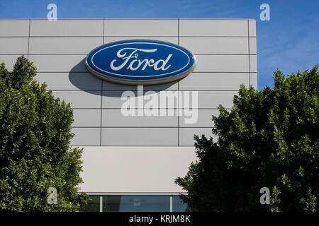 Ein logo Zeichen außerhalb einer Anlage von der Ford Motor Company in Irvine, Kalifornien, besetzten am 9. Dezember - Stockfoto