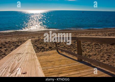 Strand. Die beste Aussicht auf den Strand in Marbella. Provinz Malaga, Costa del Sol, Andalusien, Spanien. - Stockfoto