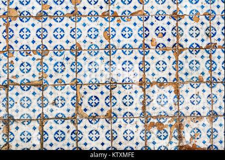 Alt, abgenutzt, Portugiesisch Azulejo Kacheln mit einer kreisförmigen Muster, die außenwände eines Gebäudes in Lissabon, - Stockfoto