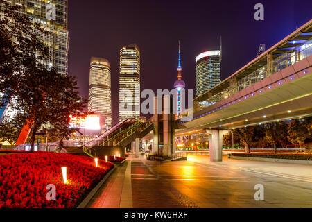 Century Avenue bei Nacht - eine Nacht Blick auf breite, helle, farbenfrohe und moderne Bürgersteig der Century Avenue, - Stockfoto